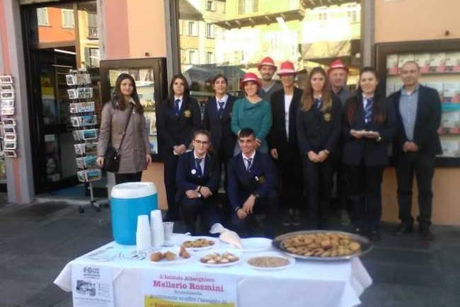 Studenti del Rosmini e libreria Grossi assieme per le biblioteche scolastiche – Video