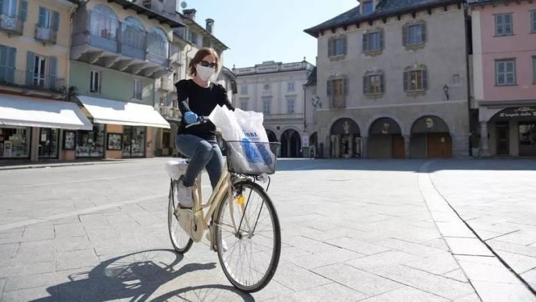 Nelle case di Domodossola i libri arrivano con la bicicletta